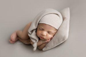 Newborn-photography-Calgary-newborn-photographer-photo-studio.jpg